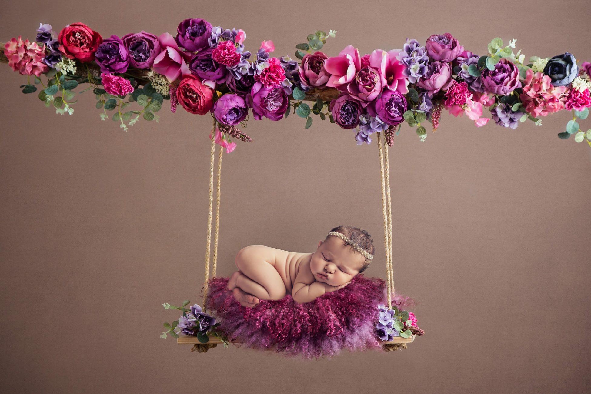 Baby auf Blumenschaukel
